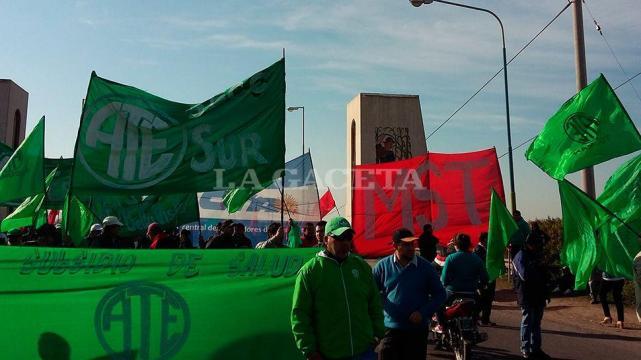 Con cortes de rutas y puentes se protestó en Tucumán