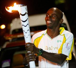 Momento em que o ultramaratonista Pablo dos Santos conduz tocha olímpica, em 2016, na cidade de Campinas. Foto: acervo Pablo dos Santos