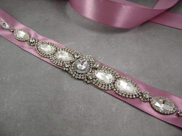 Kryształowy pas biżuteryjny na suknię ślubną.