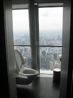 Ganz schön hoch, diese Toilette!