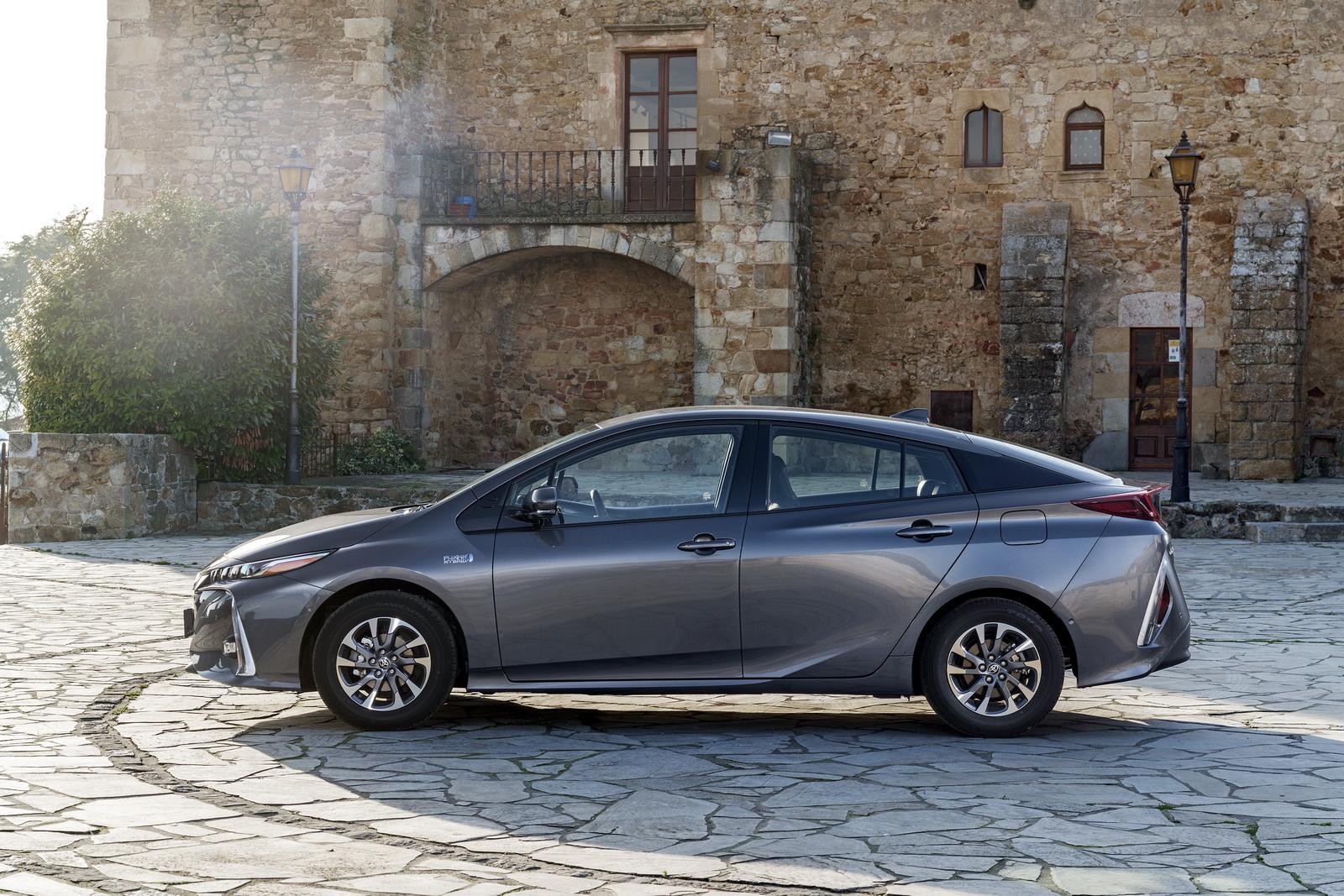 2016 - [Toyota] Prius IV - Page 14 2017-Toyota-PriusPHEV-98