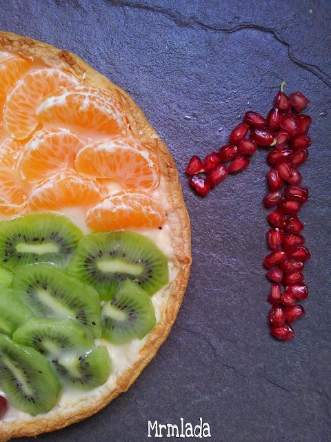 Tarta de hojaldre, crema pastelera y frutas
