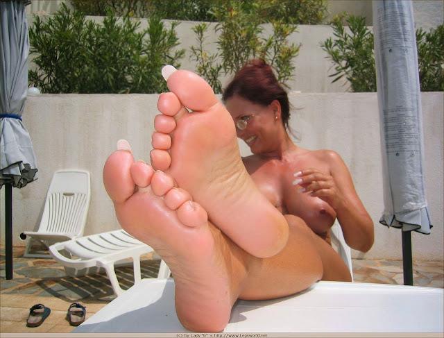 Feet lady pussy barbara