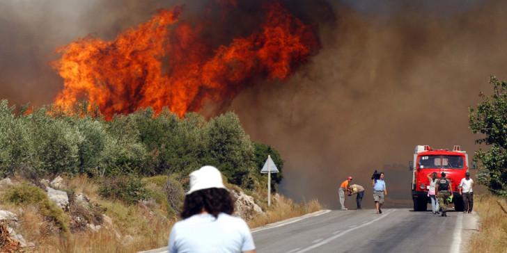 Μεγάλη φωτιά στην Εύβοια-Εκκενώθηκε η Μονή Μακρυμάλλης, καπνός μέχρι την Αττική