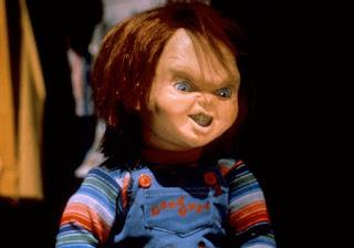 Broma Chucky Enojado persigue a la gente.  Prank Muñeco Maldito en parada de autobús