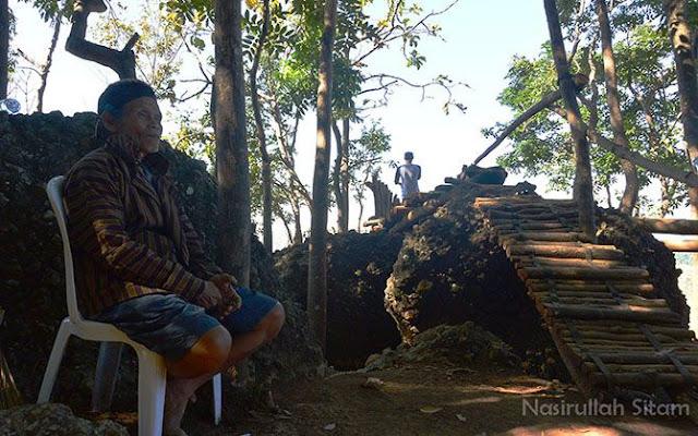Mbah Somijan setia menunggu wisatawan di Watu Lawang