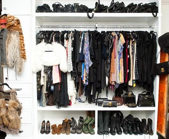 atur tas pada tempat khusus di lemari pakaian