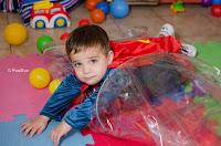 Niño disfrazado jugando en el Jardín Corazón de Melón. Fotografía de Leticia Martiñena