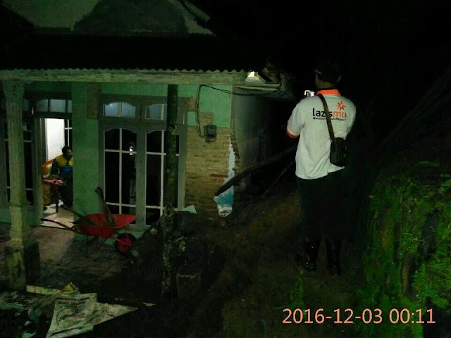 Kondisi rumah korban tanah longsor dari depan