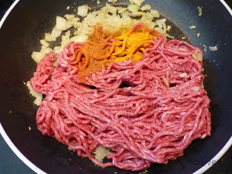 Préparation du boeuf haché aux épices.