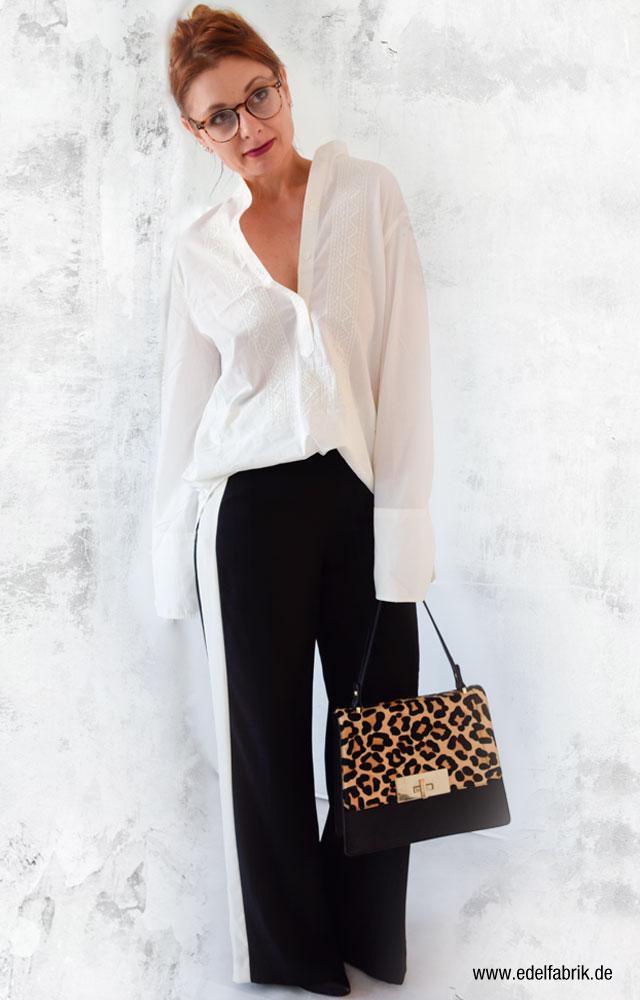 die Edelfabrik, Look, schwarze, weite Hose mit Seitenstreifen, Leolook, Handtasche