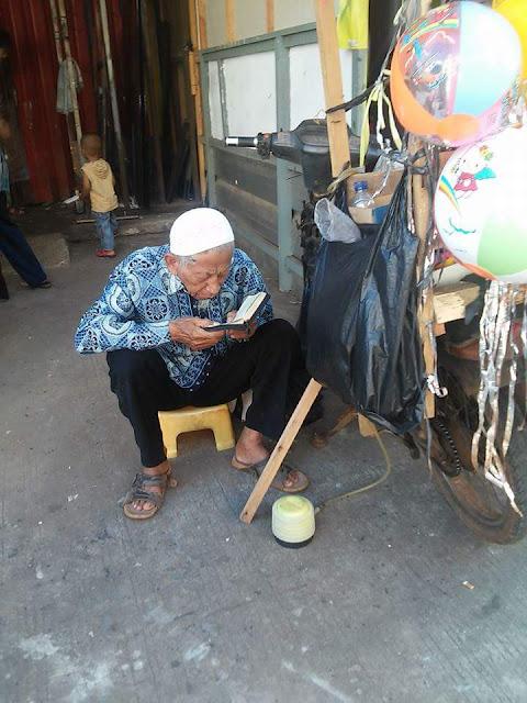 Subhanallah....Kakek Ini Tetap Istiqomah Membaca Alquran Sambil Jualan Balon