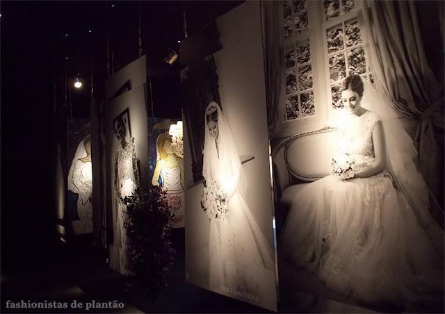 Foto da primeira sala do evento com fotografia de noivas penduradas