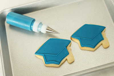how to frost graduation hat cookies