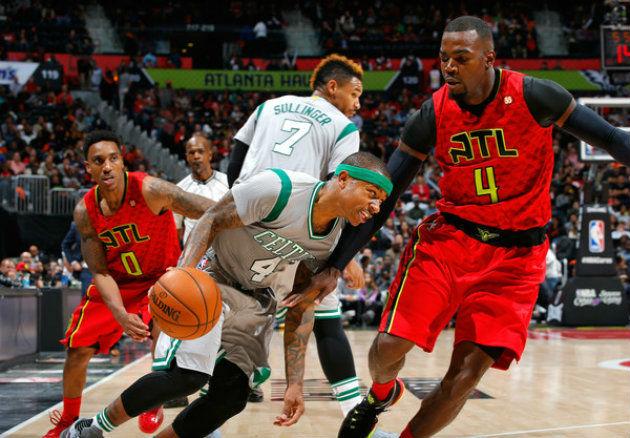 """Les Boston Celtics (ici représentés par Isaiah Thomas et Jared Sullinger), et les Atlanta Hawks (ici représentés par Jeff Teague et Paul Millsap), lutteront jusqu'au bout pour la 3e place de la conférence """"East"""" (NBA)"""