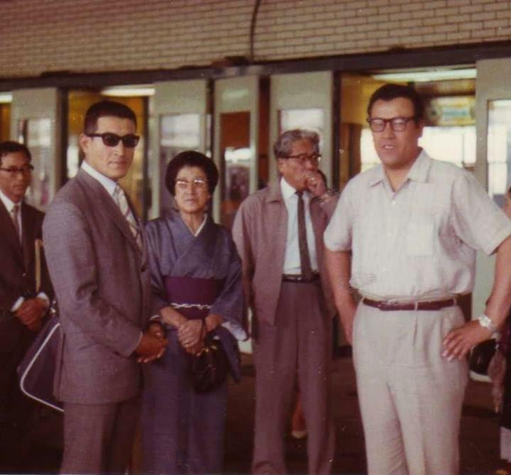 Shu Taira 22/07/1967 con su madre y hermano saliendo para Europa