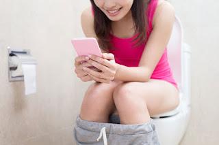 Inilah Bahayanya Jika Kamu Sering Membawa Handphone di Toilet