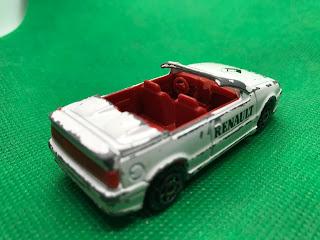 ルノー 19 カブリオレ のおんぼろミニカーを斜め後ろから撮影