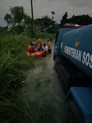 Dinas Sosial Lampung Serahkan Bantuan Korban Banjir di Kecamatan Sragi Lampung Selatan