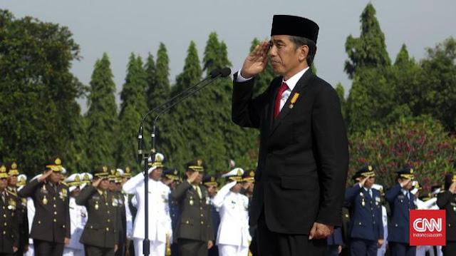 Presiden Jokowi saat memimpin upacara peringatan Hari Pahlawan di Taman Makam Pahlawan Kalibata, Jakarta, 10 November tahun lalu. (CNN Indonesia/Christie Stefanie)