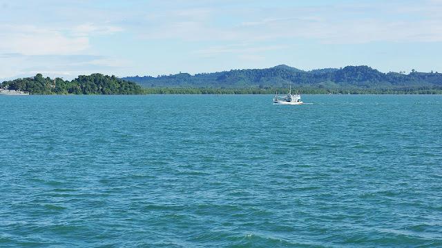 Фото моря и катера на фоне побережья