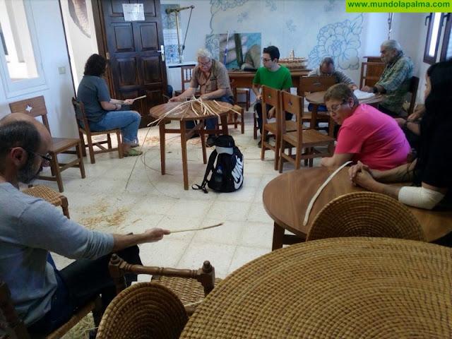 El Cabildo refuerza la promoción de la artesanía de La Palma con visitas de grupos turísticos a la Escuela Insular