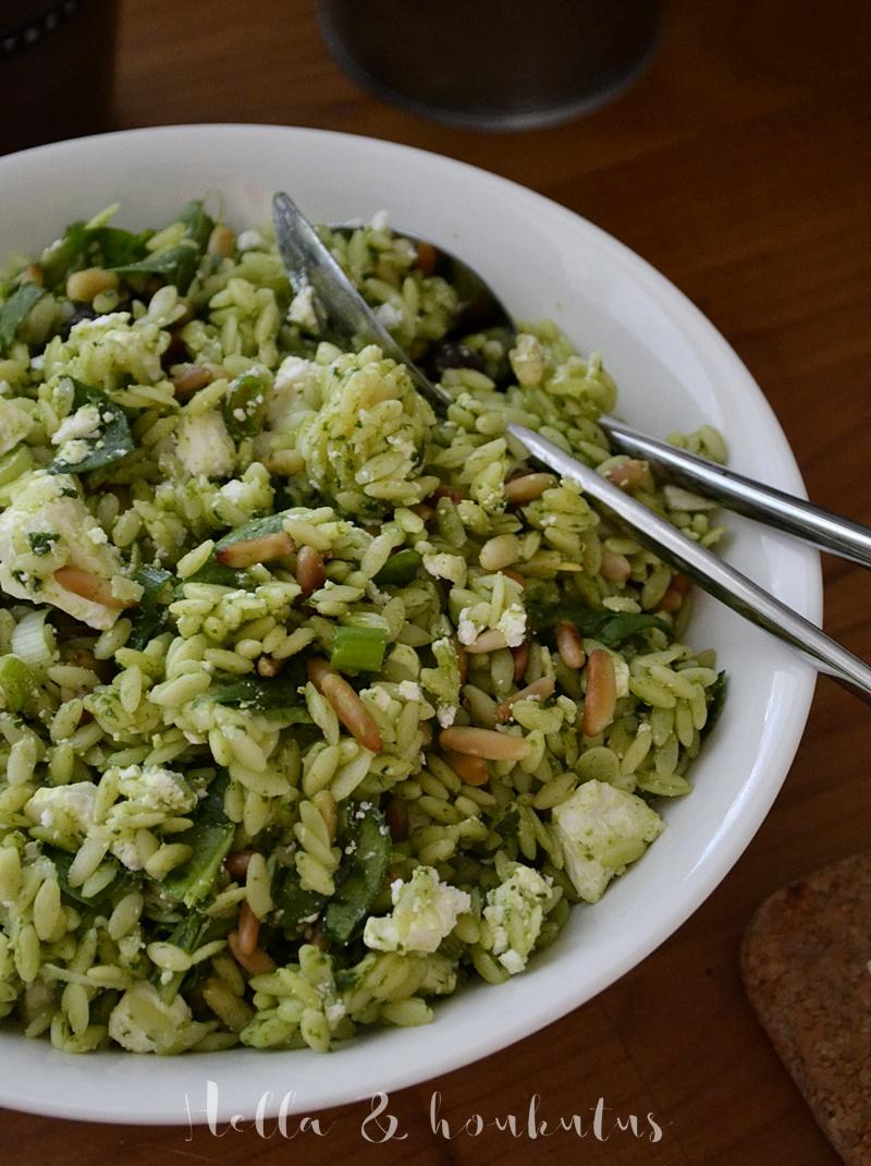 Valloittavan vihreä pinaatti-orzopastasalaatti