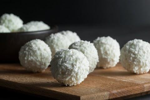 Piskótás kókuszgolyó fehér csokiba mártva: így még finomabb a nagy kedvenc