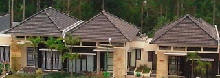 Deretan rumah dengan atap limas/jurai