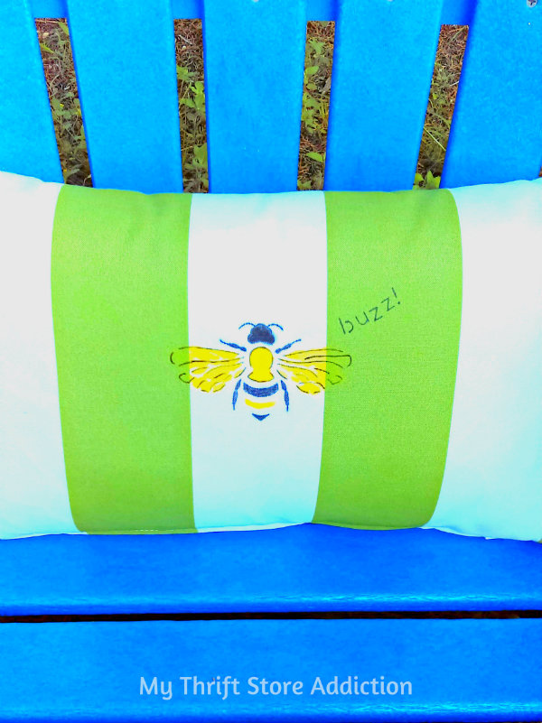 DIY Stenciled Bee Pillow mythriftstoreaddiction.blogspot.com Create a stenciled bee pillow with paint and Sharpies