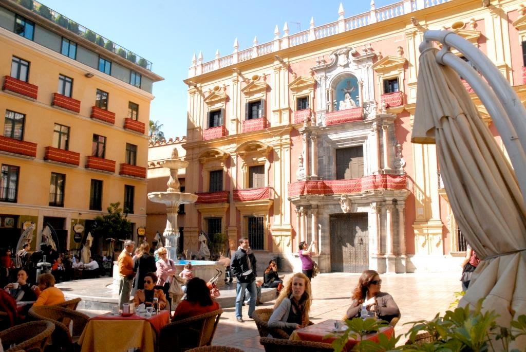 Malaga, Spanje, gezellig plein, terrasjes in Malaga. Semana Santa, Goed Week, processies, Maria-en Christustronen, heiligenbelden ronddragen, mooi weer, prachtige locatie, bars in Malaga
