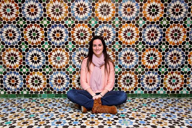 Lena frente a unos bonitos azulejos de la Madrasa Ali Ben Youssef
