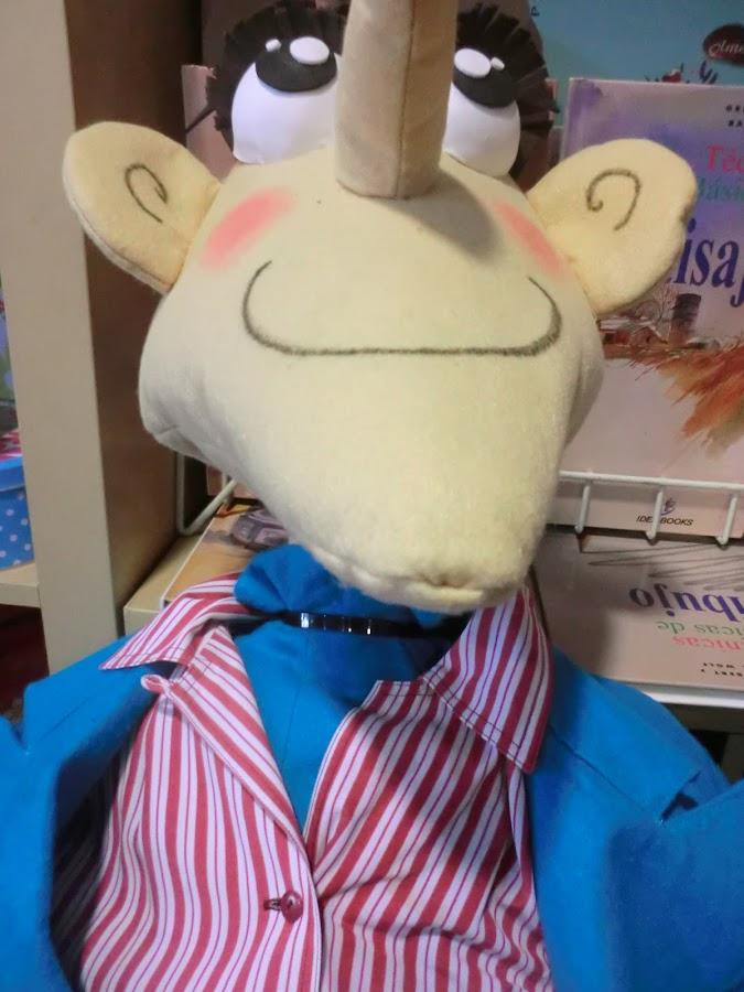 utiliza bridas para unir la cabeza al cuerpo del muñeco de carnaval