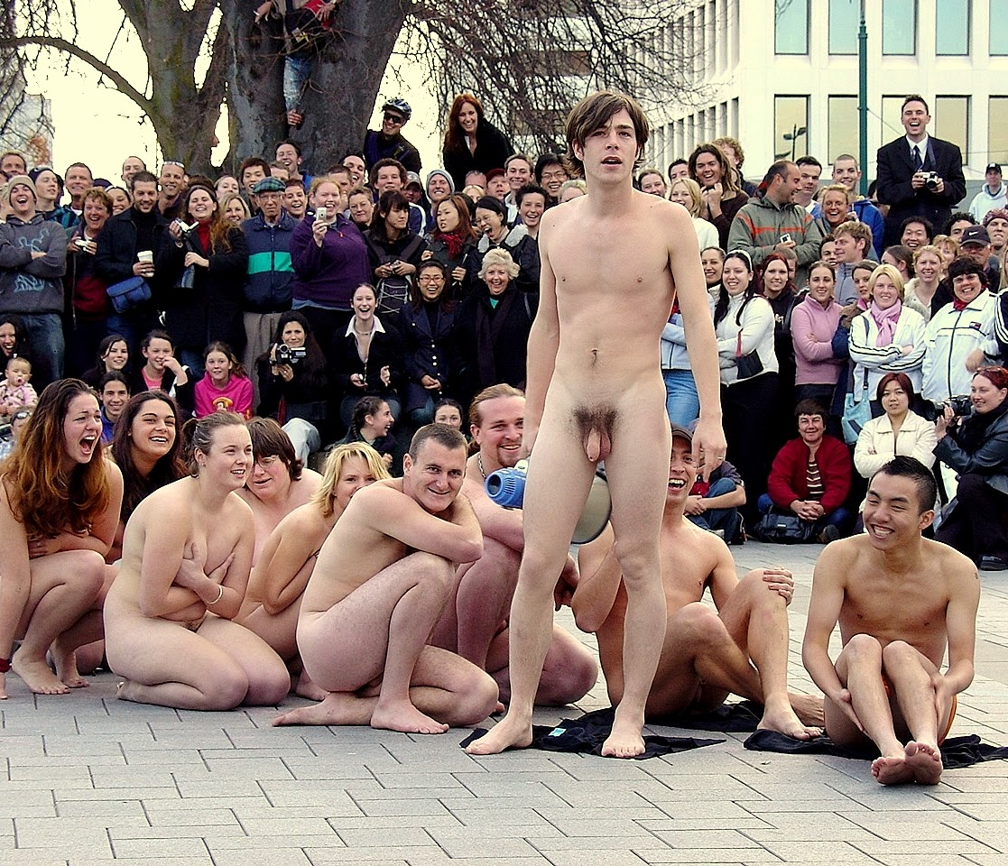 Nu publique pipi nue
