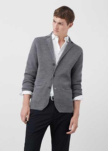 88e6d26e7ed67 ... Mango 2016 - 15 sonbahar kış erkek kazak / hırka modelleri konulu  gösterime. Gri, mavi ve lacivert spor pantolonlarla giyilebilecek güzel bir  kazak bu.