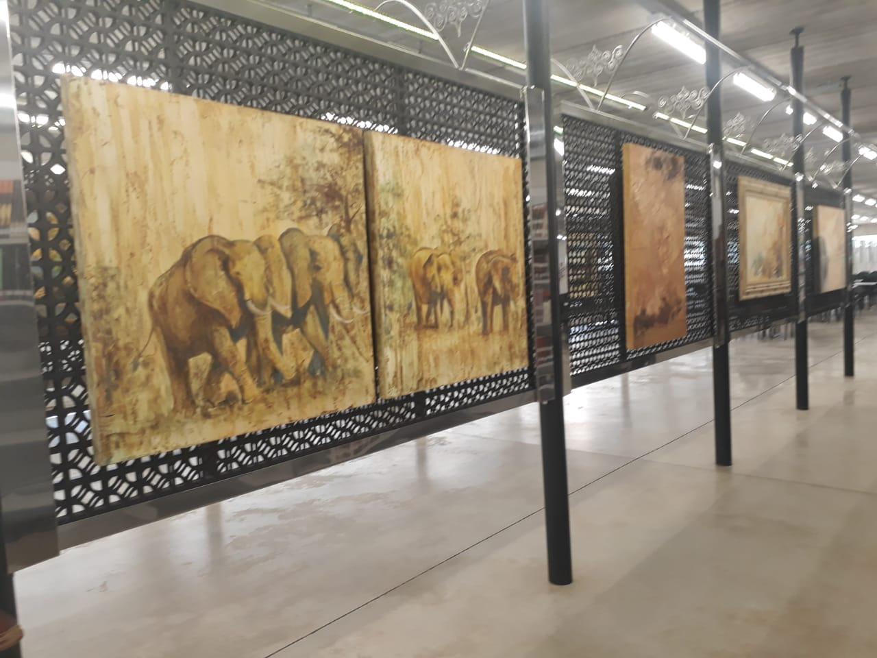 Bia Caiel expõe suas pinturas na Biblioteca do UNIFEB