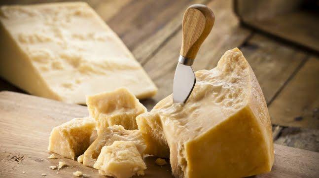 """OMS: olio, prosciutto e formaggio ricchi di grassi saturi e sale """"Nuociono gravemente alla Salute""""."""