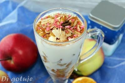 Deser z duszonych jabłek z cynamonem i śmietaną ryżową (wegański)