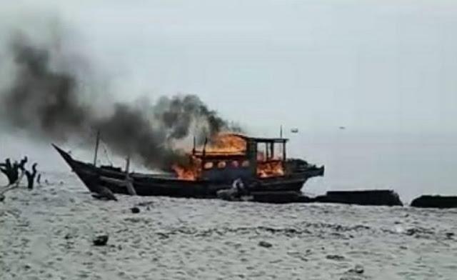 Kapal pukat trawl yang dibakar.