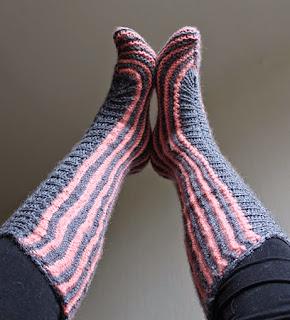 http://www.corriendocontijeras.com/como-tejer-las-calcetas-o-pantuflas-mas-faciles-del-mundo/