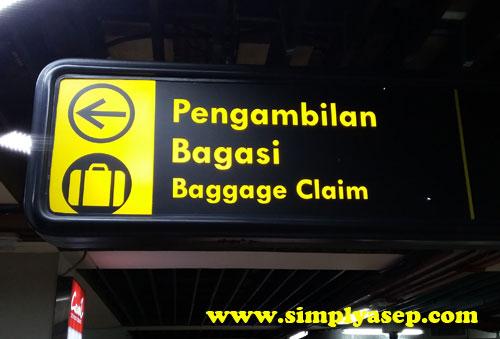 BAHASA INDONESIA :  Arah petunjuk pengambilan Bagasi mudah ditelusuri karena semua petunjuk juga disertai dalam bahasa Indonesia.  Ikuti alurnya dan anda tidak akan tersesat. Foto Asep Haryono