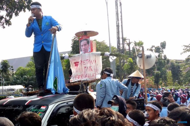Demo Hari Tani, Mahasiswa di Riau Bawa Orangan Sawah Foto Jokowi