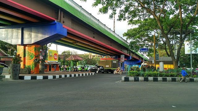 Fly over Polowijen gambar warna warni
