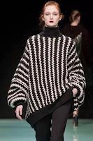 Pulover supradimensionat tricotat, cu umerii cazuti si guler inalt
