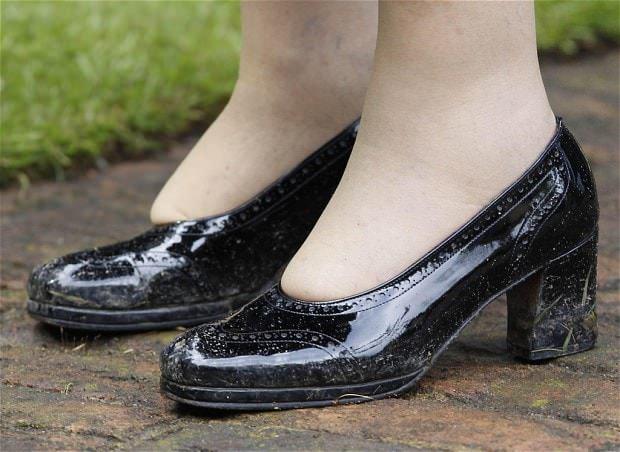 Ένα μέλος του προσωπικού φοράει τα νέα παπούτσια της Βασίλισσας