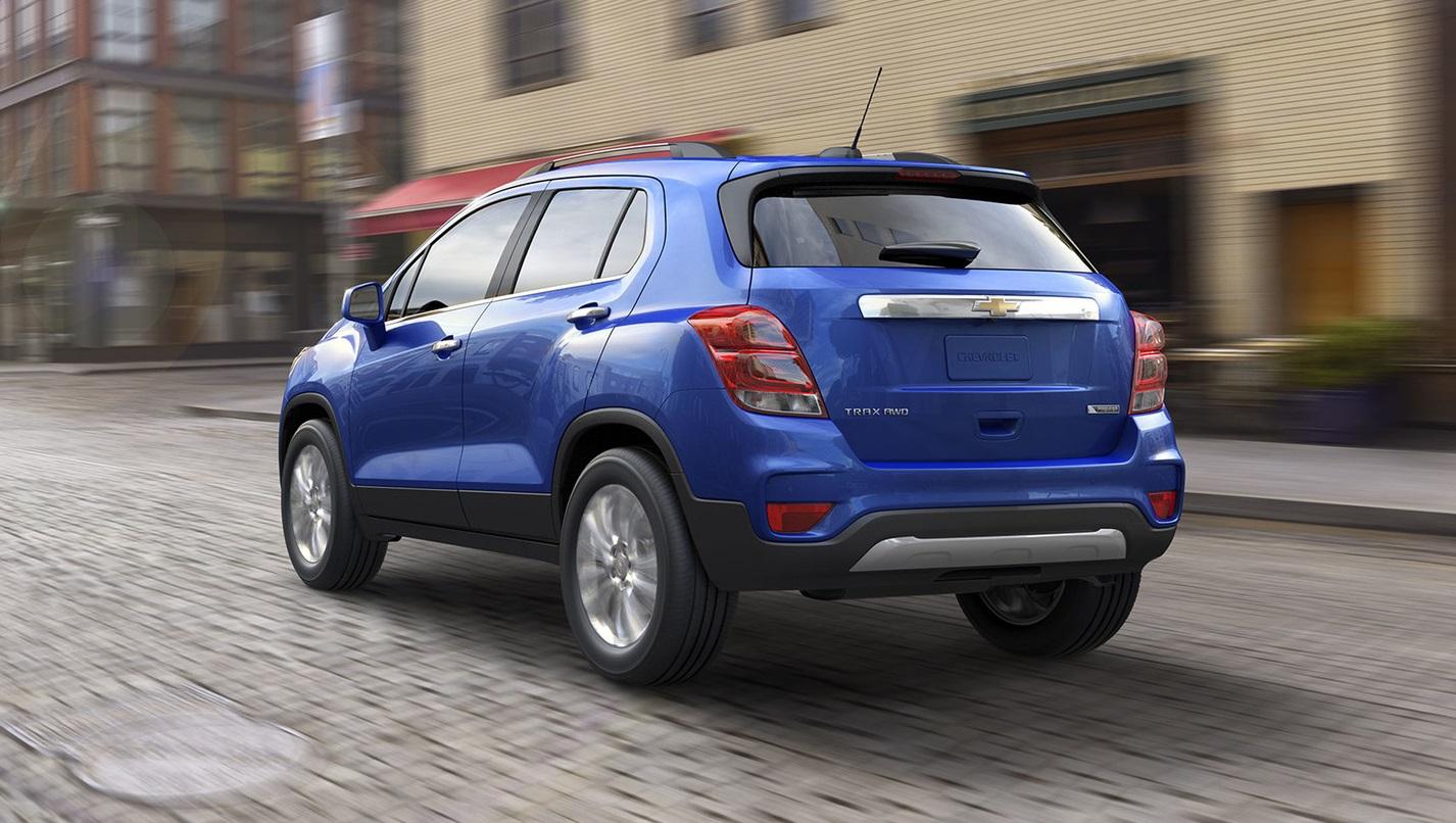 Opel in k k suv modeli mokka n n ard ndan bu arac n chevrolet logolu karde i de makyajland teknik yenilikleri daha az olan otomobilin donan m nda