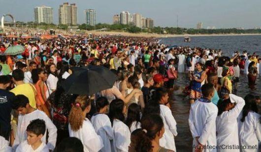 Bautismo masivo en una playa de Brasil