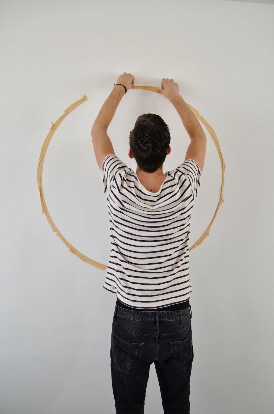 Muren Afplakken Schilderen.Diy Koperkleurige Cirkel Op De Muur