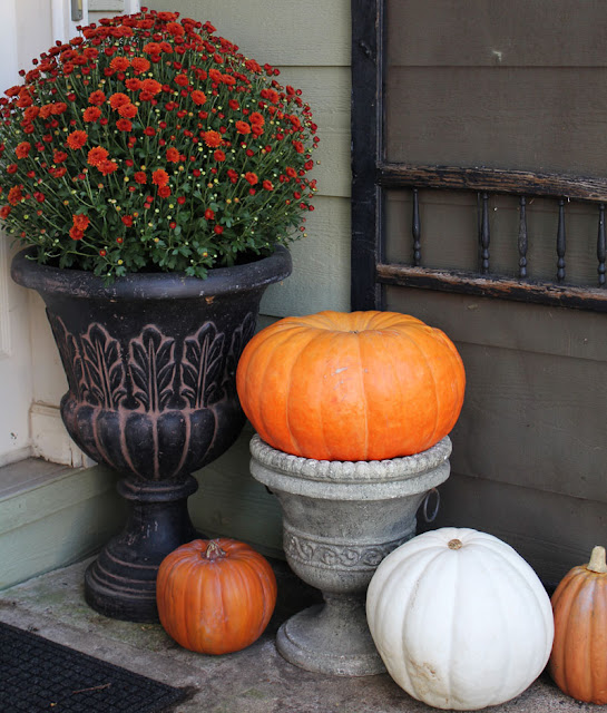 Fall front porch decorating- Itsy Bits And Pieces