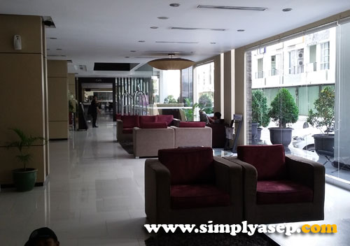 NYAMAN : Ruangan lobby hotel yang luas nan nyaman. Membuat tamu betah nyantai di ruangan ini. Foto Asep Haryono